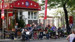 Musicians In Front of The Wintergarten At Berlin Marathon 2018 ビデオ