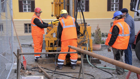 Equipment for drilling at great depth which is set in motion by a team of worker Live Action