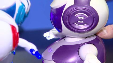 Small robots talking to each other, robotics and toys Acción en vivo