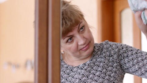 woman, rubs mirror Stock Video Footage