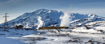 Panorama: Geothermal Power Plant at foot of active volcano Fotografía
