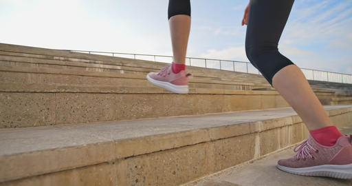 woman run on stairs Live影片