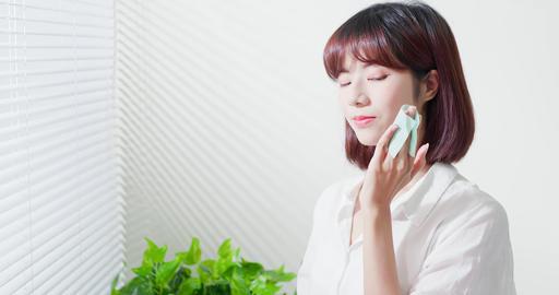 woman use oil blotting paper Live影片