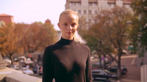 portrait blonde in town ビデオ