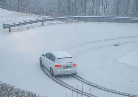 journey on a snowy road Fotografía