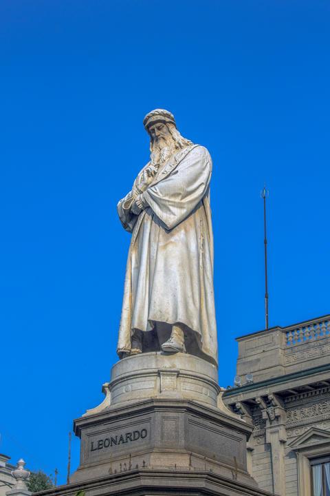 Leonardo da Vinci Monument at Piazza della Scala, Milan, Italy フォト