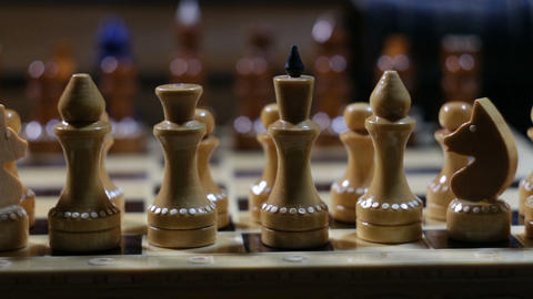 row of chess figures close to ビデオ