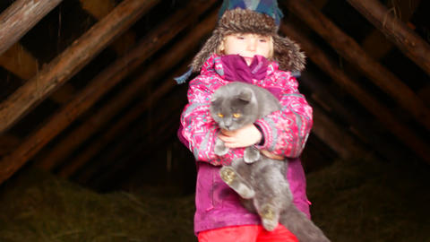 Little girl playing with a cat in winter ビデオ