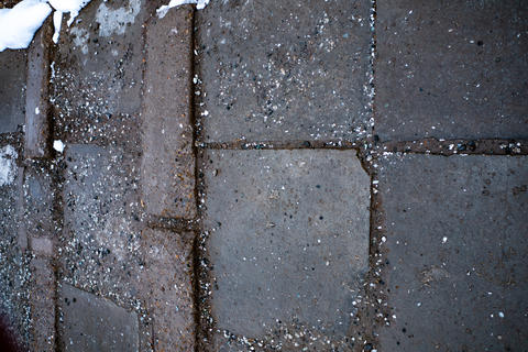 Tiles and ground with small rocks and snow フォト
