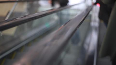 People climb the escalator in the mall ビデオ