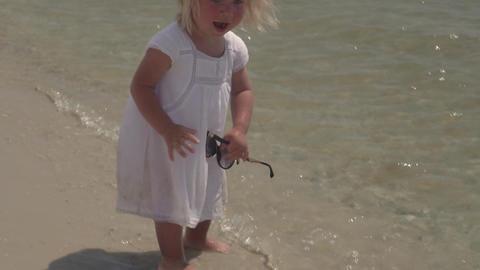 Little girl in sunglasses on the coast ビデオ