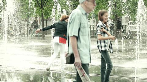 MOSCOW, RUSSIA - MAY, 24, 2017. Girls having having fun in the park fountain ビデオ