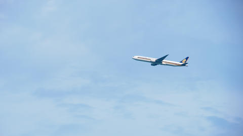 Singapore Airlines Boeing 777 departure from Changi airport Live Action