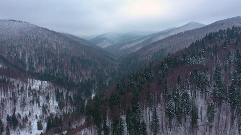 Drone Flying above Mountains in Winter ビデオ