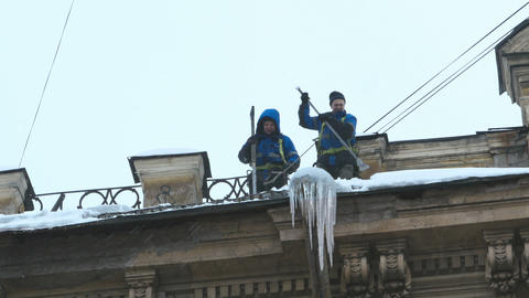 workers clean the roof from snow ビデオ