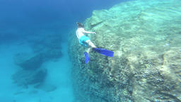Underwater view of a snorkeler man diving in tropical sea water ビデオ