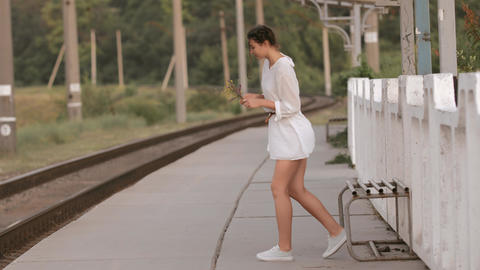 Young woman on train station ビデオ