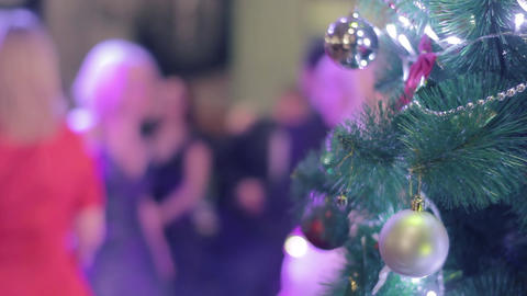 Christmas tree on the background of unrecognizable people dancing ビデオ