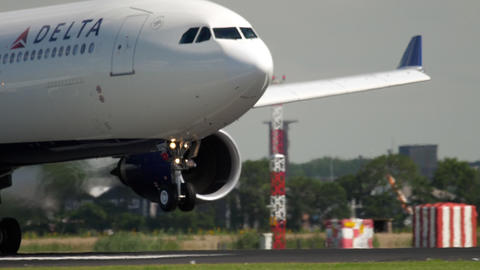 Widebody aircraft landing ビデオ