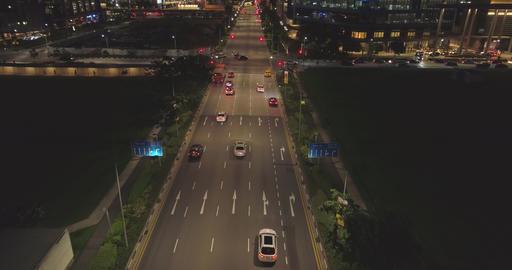 Night traffic on the road between skyscrapers ビデオ