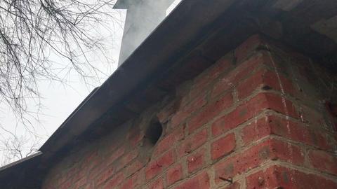 the smoke of their house chimney ビデオ