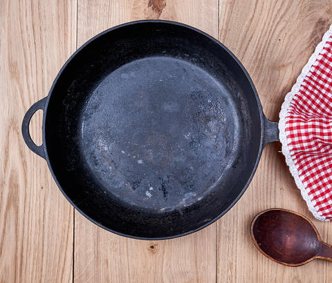 empty black round frying pan and red kitchen napkin フォト