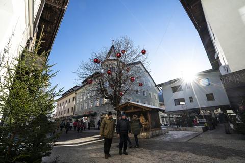 the traditional Christmas market in San Candido, Italy Fotografía