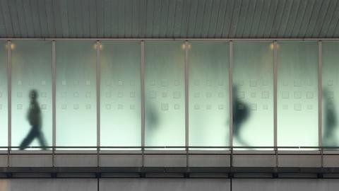 Looping background of people walking in Tokyo Archivo