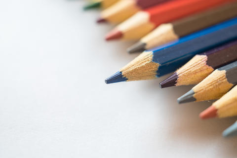 Blue pencil standing out from other color pencils Fotografía