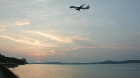 plane landing at sunset Archivo