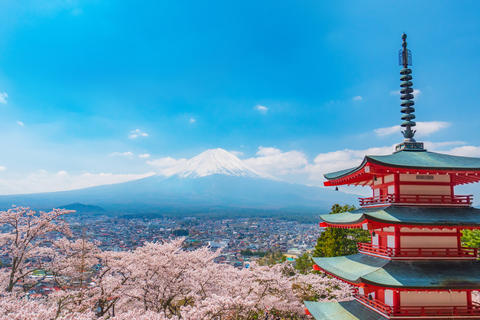 Chureito pagoda in springtime with Mt. Fuji background Fotografía