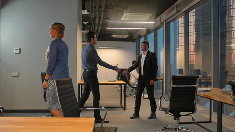 Two businesspeople shaking hands Archivo
