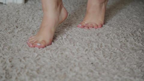 girl's legs go on the white carpet Live影片
