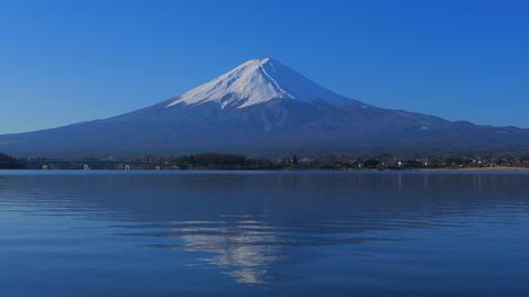 Mt.Fuji with blue sky from Lake Kawaguchi Japan ビデオ