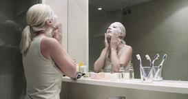 Using cosmetic mask in the bathroom ビデオ