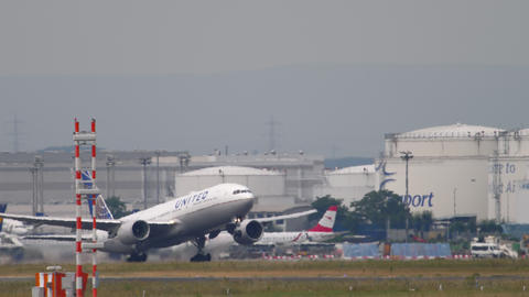 United Airlines Boeing 777 departure Live Action