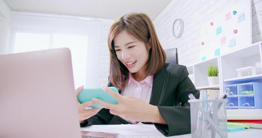 business woman play mobile game, Live影片