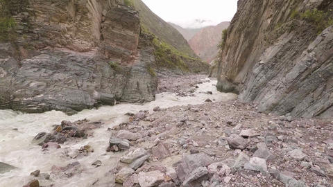 Strong water flow in the mountain, fast and hard water stream Acción en vivo