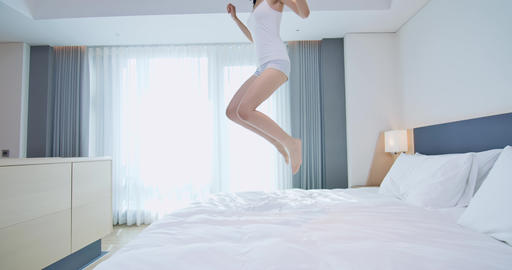 Young woman jump on bed Live影片
