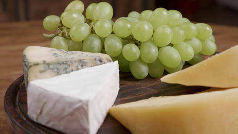 Gouda, brie and dorblu cheese served with white grapes ライブ動画