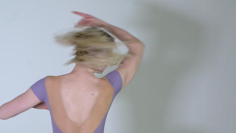 4k - Beautiful young blonde ballerina dancing in studio Archivo