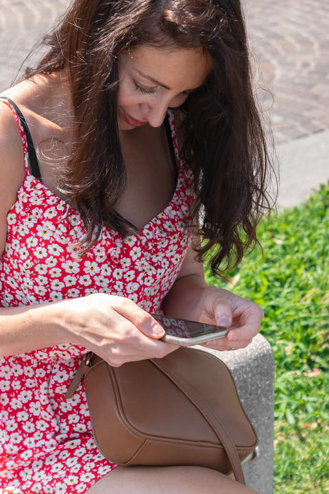 Young woman look at the smartphone フォト