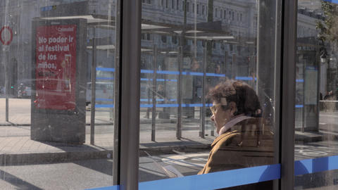Senior woman at bus stop in Madrid, Spain ライブ動画
