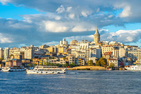 Istanbul city skyline with view of Galata Tower in Istanbul city, Turkey Fotografía