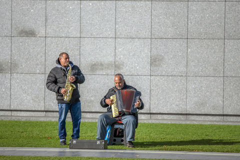 Two Street Musicians At The Museumplein Square At Amsterdam The Netherlands 2018 フォト