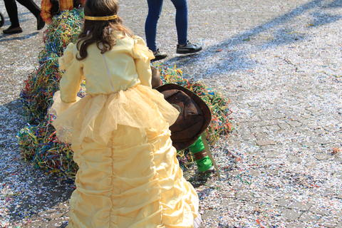 children from behind dressed in carnival with confetti フォト