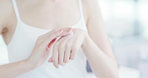 woman applying suncreen lotion Live影片
