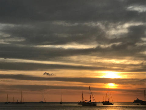 beautiful sky and ocean beach when sunset with clear water and many yachts フォト