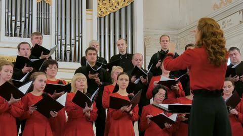 Group of people singing in choir ビデオ