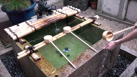 Water ablutions of women hands for purification rite in the Nishiki Tenmangu ライブ動画
